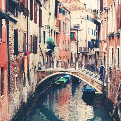 Fototapeta Úzký kanál a most v Benátkách, Itálie