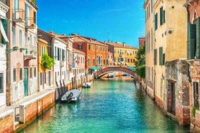 Fototapeta Úzký kanál v Benátkách, Itálie.