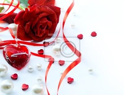 valentinky přání s červenou růží lístky a šperky slyšet