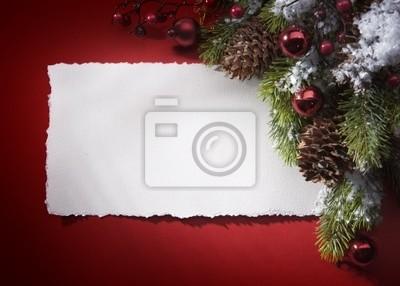 Vánoční blahopřání s papírem a strom na červeném pozadí