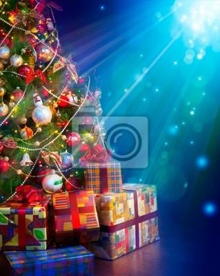Vánoční dárky v blízkosti vánočního stromu