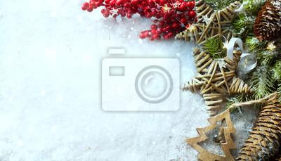 Vánoční světlé pozadí. Vánoční strom se sněhem zdobený věnec hvězd světla, sváteční slavnostní backdround. Nový rok zimní nebo vánoční scéna