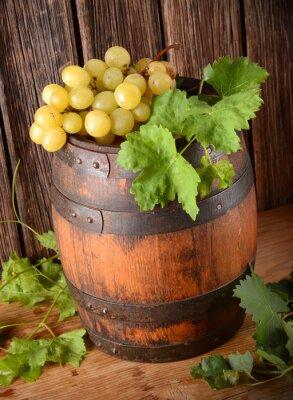 Fototapeta vecchia botte di vino con grappolo di uva