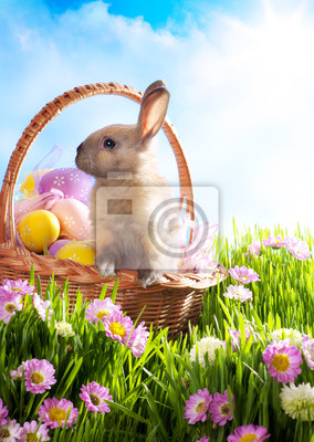 Velikonoční koš se zdobenými vejci a velikonoční zajíček v gr
