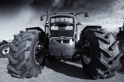 Fototapeta Velký zemědělství traktor pod bouřlivé nebe