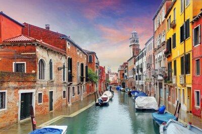Fototapeta Venice mezník, průplav, barevné domy a lodě, Itálie