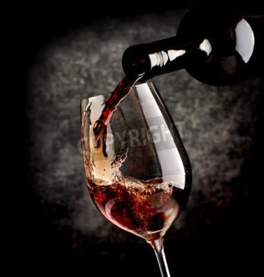 Fototapeta Víno nalil do sklenice na víno na černém pozadí