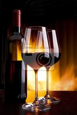 víno rozlévané proti krbu s ohněm