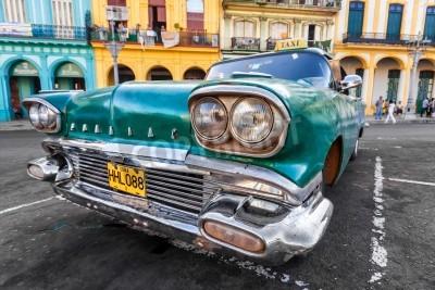 Fototapeta Vintage auto v barevné čtvrti v Havaně