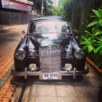 Fototapeta Vintage automobil Mercedes Benz zaparkoval v uličce
