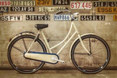 Fototapeta Vintage dáma kolo ve staré továrně