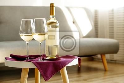 Fototapeta Vintage láhev bílého vína s prázdnou matný štítek a dvě sklenice na fialové ubrousky, vznešené vnitřní pozadí. Drahá láhev shardonnay konceptu. Kopírovat prostor, pohled shora, plochý ležel, zblízka.