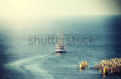 Fototapeta Vintage obrázek staré plachetnice opouštějící přístav.