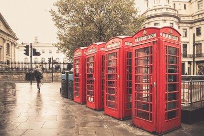 Fototapeta Vintage styl červené telefonní budky na deštivé ulici v Londýně