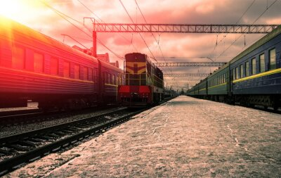 Fototapeta Vlak v paprscích červeného slunce