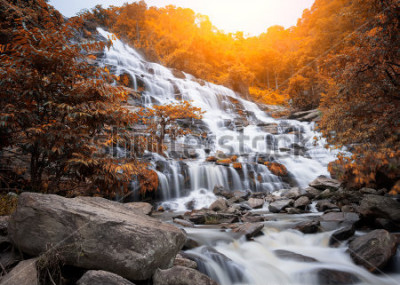 Fototapeta Vodopád Mae Yah, krásný vodopád v podzimním lese, provincie Chiang Mai, Thajsko