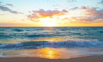 Fototapeta Východ slunce nad oceánem v Miami Beach na Floridě.