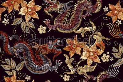 Fototapeta Vyšívací draky a květiny bezšvový vzor. Klasické výšivky asijské drak krásné ročníku květiny bezšvové vzor. Čínský draci vektor