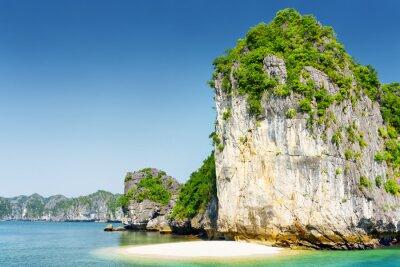 Fototapeta Wild pláž na neobydleném tropickém ostrově v Ha Long Bay