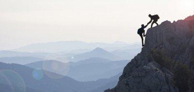 Fototapeta dağcılık yardımı & dağların zirvesine ulaşmak