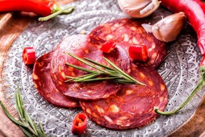 Fototapeta Klobása Chorizo. Španělský tradiční chorizo klobása, s čerstvými bylinkami, česnekem, pepřem a chilli papričky. Tradiční kuchyně.