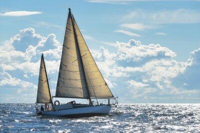 Fototapeta Yacht plachtění na slunečný den v zálivu Riga