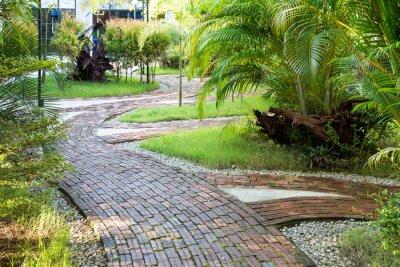 Fototapeta Zahrada pěší cesta z hliněných cihel v příjemném ranním světle