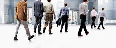 Fototapeta Zaměstnanci jít proti kanceláři. Panorama.