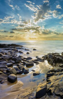 Fototapeta Západ slunce na skalnaté pláže