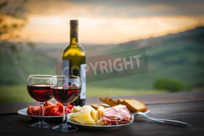 Fototapeta zátiší Červené víno, sýr a šunka. Romantickou večeři venku