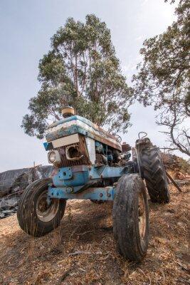 Fototapeta Zavřít pohled na opuštěné traktor stojí na venkově.