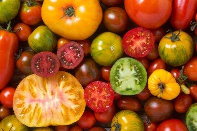 Fototapeta Zblízka barevných rajčat, některé plátky, výstřel ze shora