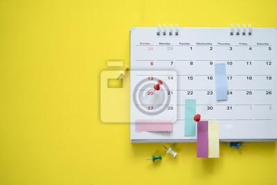 Fototapeta zblízka kalendáře na žlutém podkladu, plánování pro obchodní jednání nebo cestování plánování koncepce