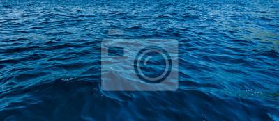 Fototapeta zblízka modré vodní hladiny v hlubokém oceánu