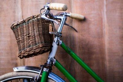 Fototapeta Zblízka pohled na starý zelený kole