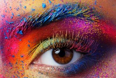 Fototapeta Zblízka pohled na ženské oči se zářivě barevné módní mak