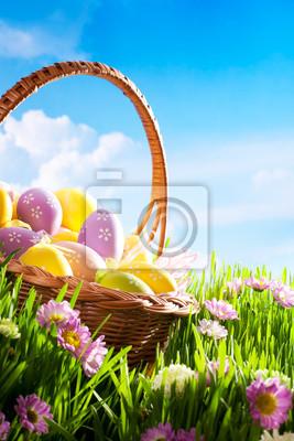 zdobené velikonoční vajíčka v trávě s květinami