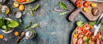 Fototapeta Zdravý vegetariánský salát příprava rozhodování s rajčaty na rustikální pozadí, pohled shora, poutač, copy space