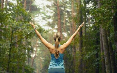 Fototapeta zdravý životní styl fitness sportovní žena brzy v lesním prostředí