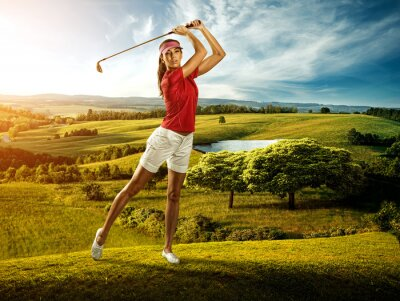 Fototapeta Žena golfista trefení míče na krajinu krásné