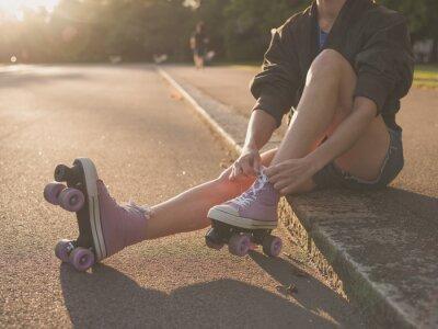Fototapeta Žena uvedení na kolečkových bruslích v parku
