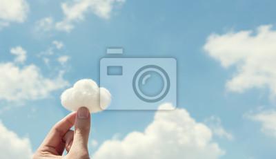 Fototapeta Ženská ruka drží vatu na pozadí oblohy mrak. Vývoj představivosti, kopie prostoru.