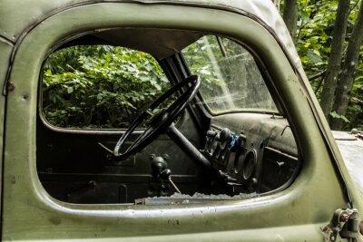 Fototapeta Zil 157. Staré ruské vůz nesoucí strom z těžko přístupných koutů horských lesů.