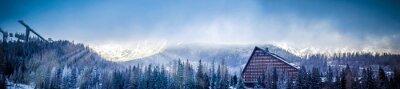 Fototapeta zimní scénický pohled na panorama hor s hotelovou a skokanské plošiny, slunce pokrytá mraky