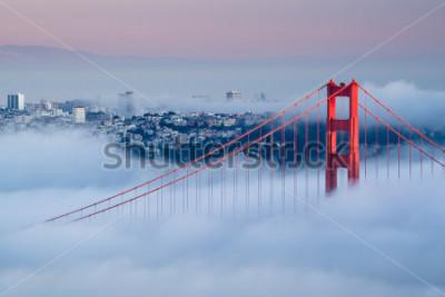 Fototapeta Zlatá brána za úsvitu obklopena mlhou