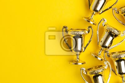 Fototapeta Zlatá vítězová úspěch trofeje na žlutém pozadí