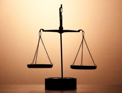 Fototapeta Zlaté váhy spravedlnosti na hnědém pozadí