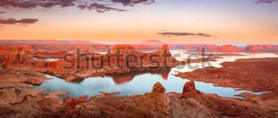 Fototapeta Zlatý západ slunce na jezeře Powell, Utah, USA.
