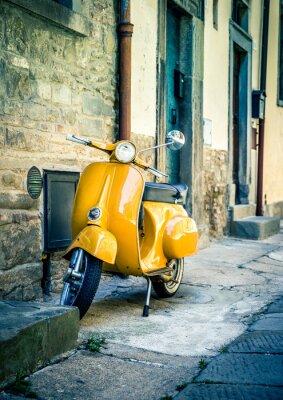 Fototapeta Žlutá skútr v toskánském městečku Cortona
