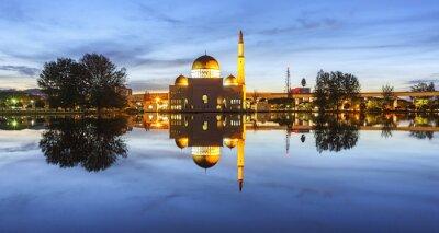 Fototapeta Zobrazení a odraz Assalam mešity modré hodinu. Obraz má obilí nebo rozmazaný nebo hluku a měkké zaostření při pohledu v plném rozlišení. (Mělké DOF, mírné motion blur)